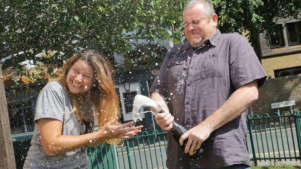 Foto: Tim y Alison Carson celebraron por todo lo alto su fortuna (Foto: The Health Lottery)