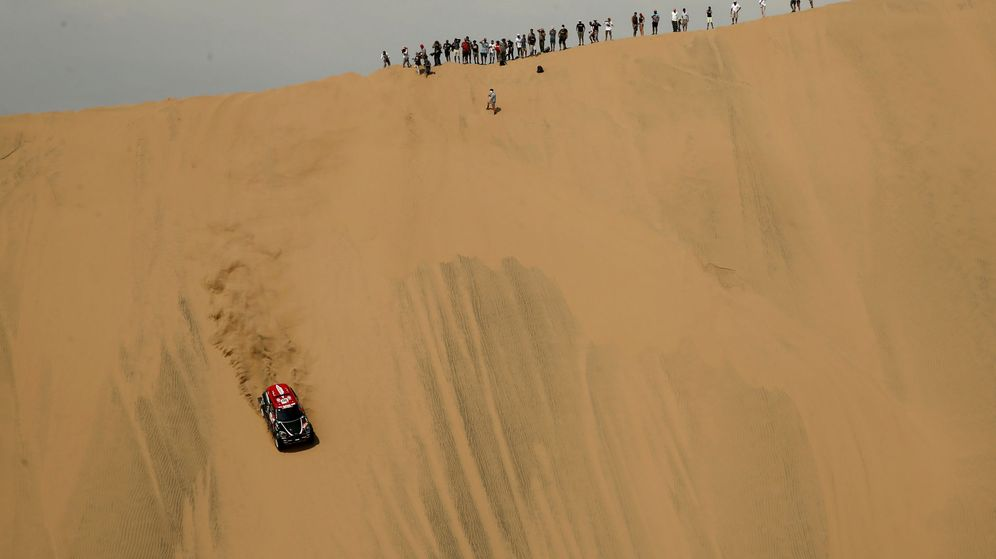Foto: Una impresionante duna en la etapa Perú-Pisco del Dakar. (Reuters)