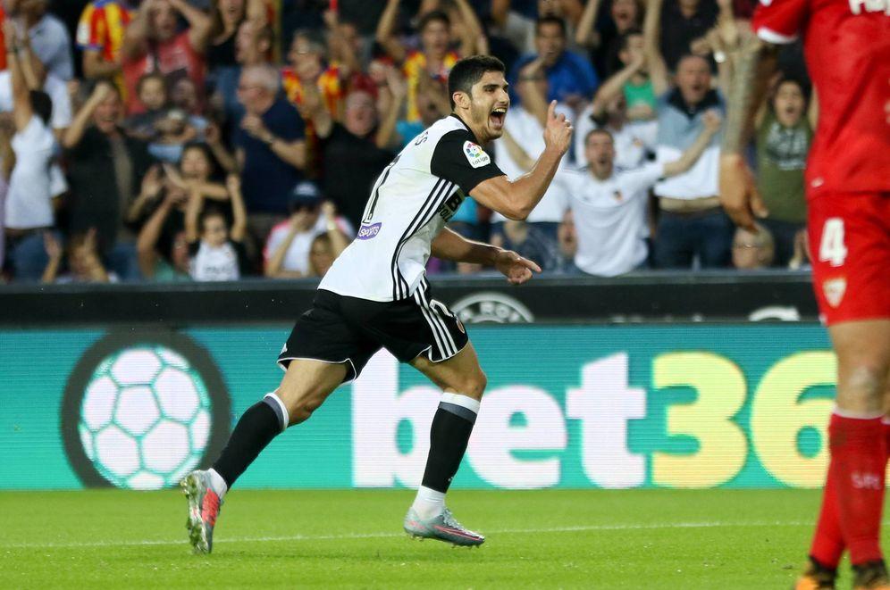 Foto: Gonçalo Guedes celebra uno de los goles que le marcó al Sevilla. (Cordon Press)