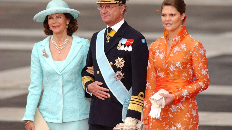 Carlos Gustavo de Suecia, junto a la reina Silvia y la princesa Victoria, en una imagen de archivo. (Getty)