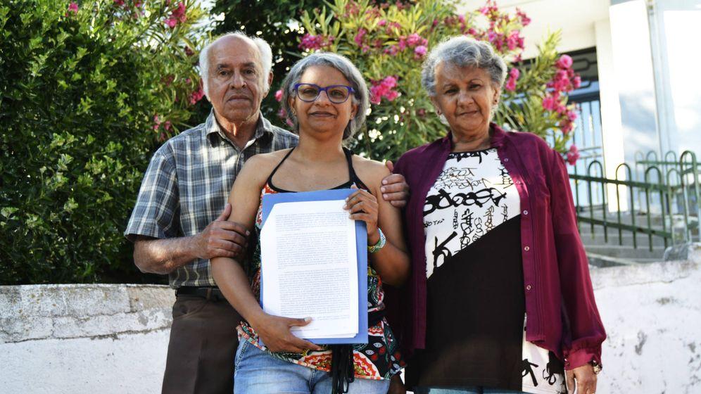 Foto: Leticia, junto a sus padres, Marino y Estela, con la sentencia del TSJM que les da la razón y contradice la del Supremo. (M. Z.)