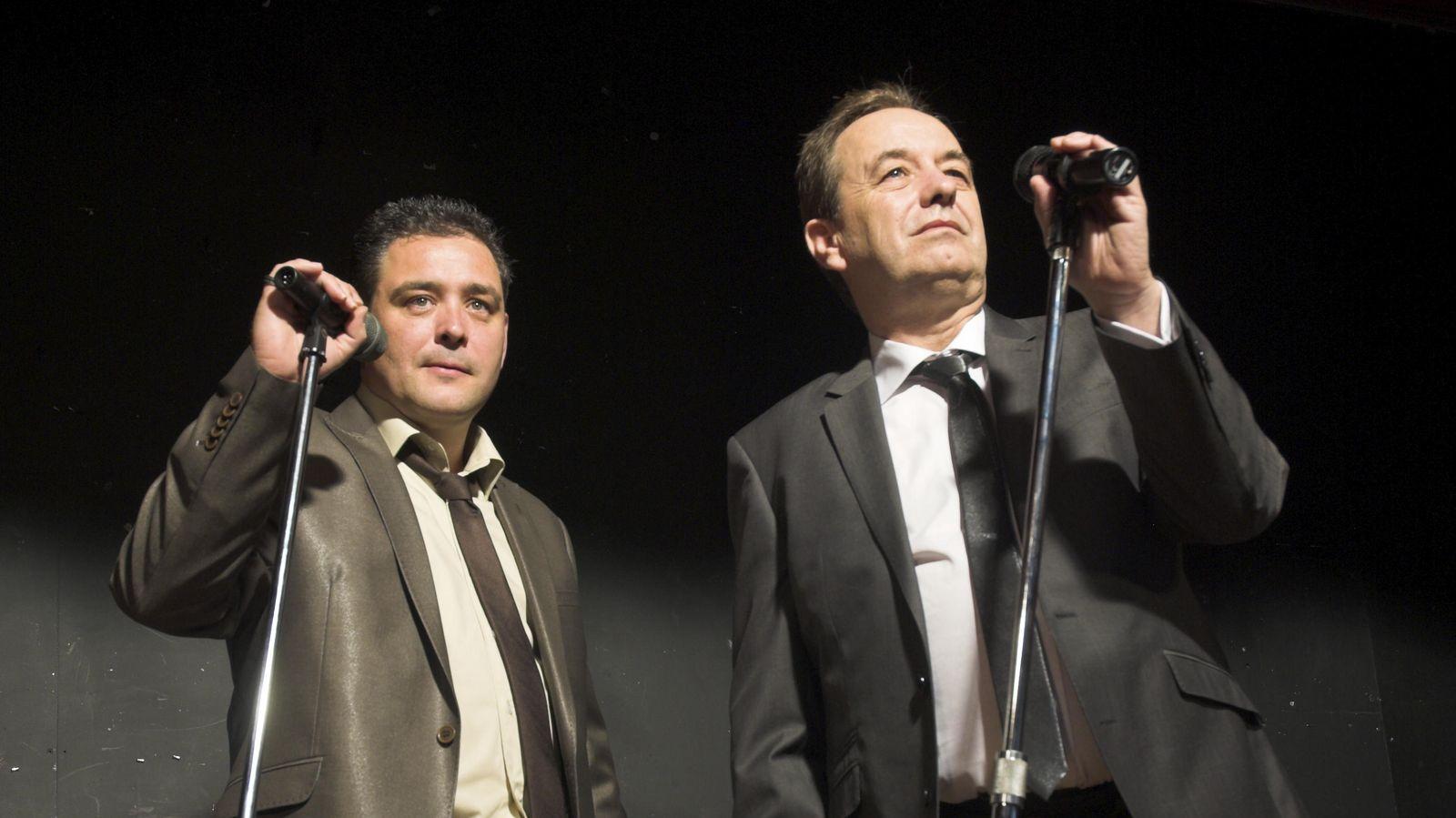 Foto: No, no son tus cuñados arrancándose por Sinatra en un karaoke. Tampoco son dos humoristas del Fringe. Es, simplemente, una foto de un banco de imágenes. (iStock)