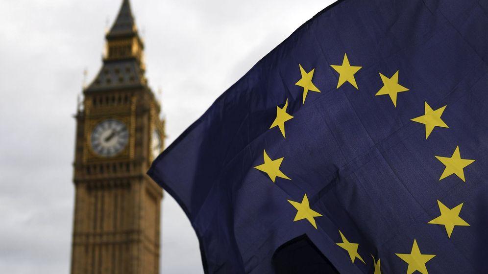 Foto: Una bandera de la UE, en las afueras del Parlamento en Londres. (EFE)