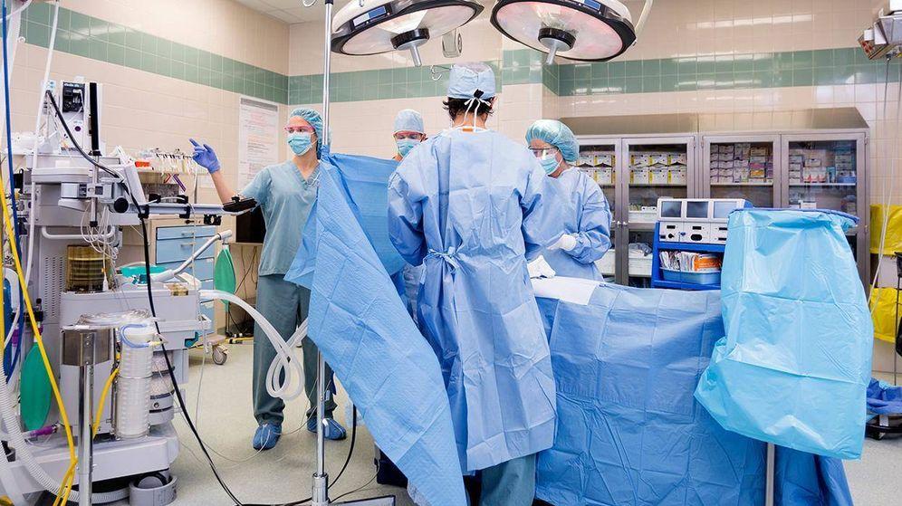 Foto: Un quirófano de un hospital madrileño. (EFE)