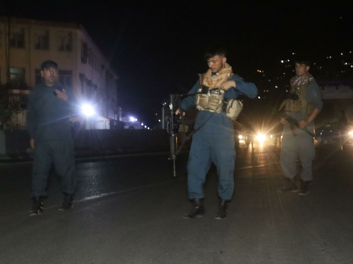 Foto: Oficiales afganos de seguridad vigilan la zona de la explosión. (EFE)