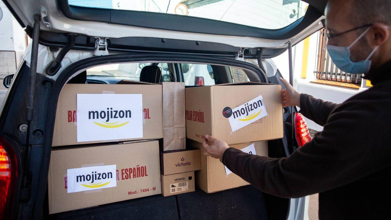 Pedidos en la furgoneta de reparto de Mojizon. (Fernando Ruso)