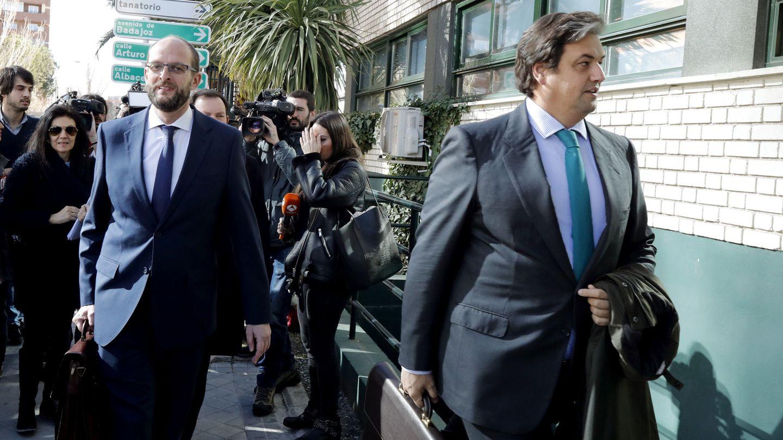El director gerente de Anesco, Pedro García (i), y el vocal de la entidad, Juan Aguirre Aguirrezábal (d). (EFE)