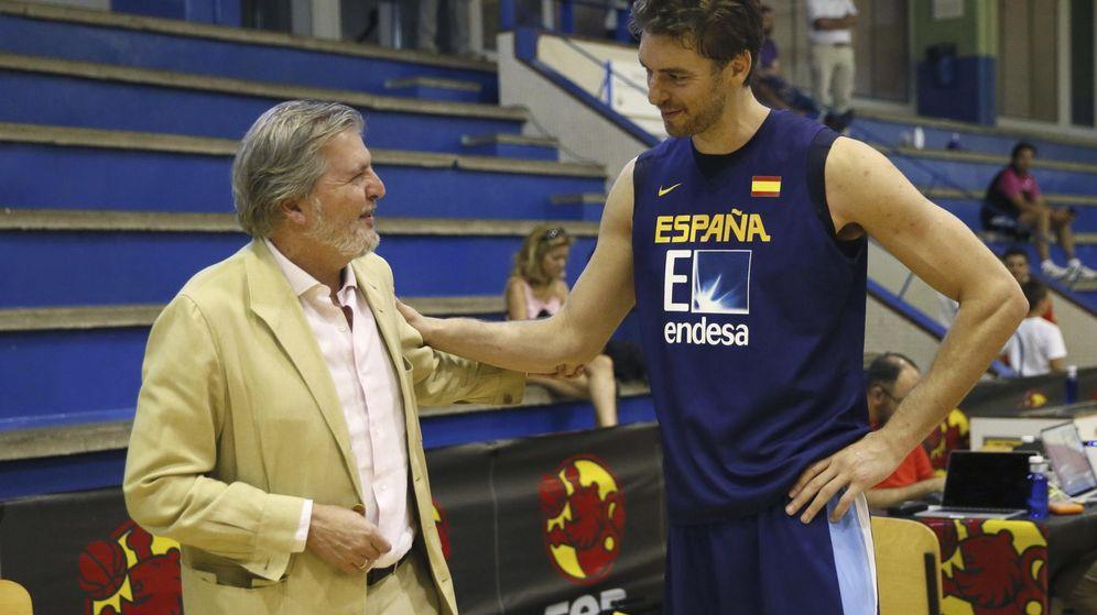 Foto: Méndez de Vigo hace unos días con Pau Gasol (Efe)
