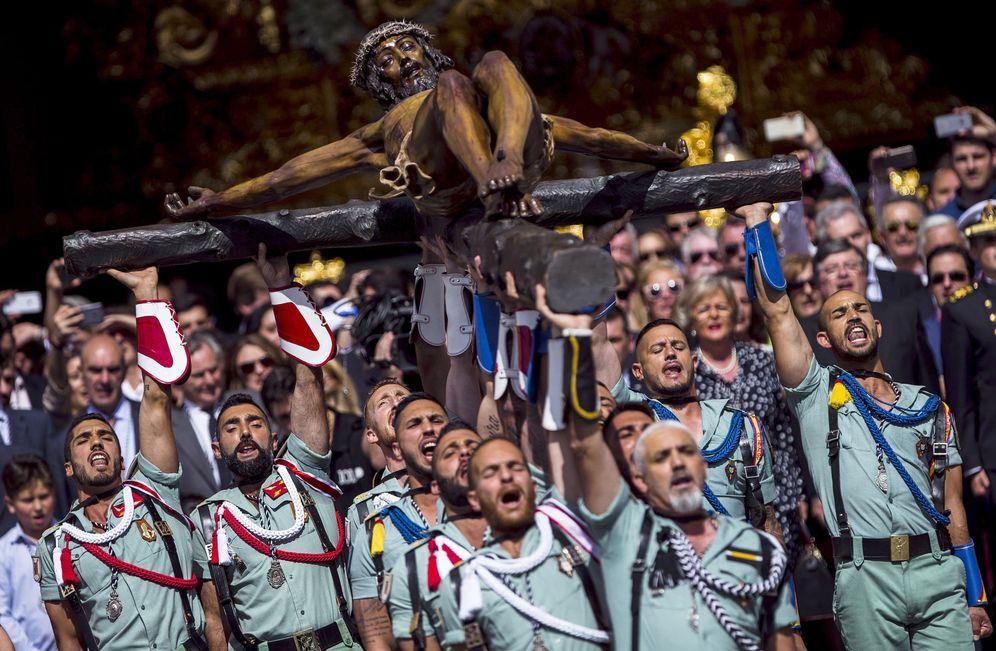Foto: Los legionarios del Tercio D.Juan de Austria, III de La Legión, trasladando el Santísimo Cristo de la Buena Muerte y Ánimas Cristo de Mena el Jueves Santo en Málaga. (EFE)