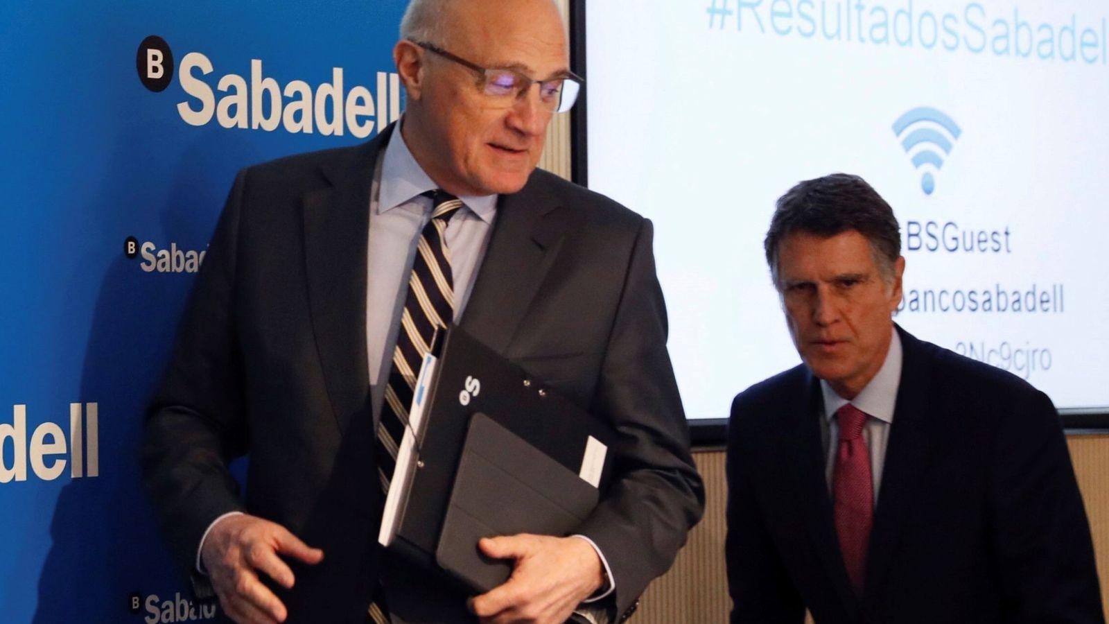 Foto: El presidente del Banco Sabadell, Josep Oliu (i), junto al consejero delegado, Jaume Guardiola.