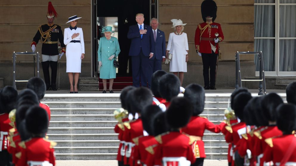 De 'My Fair Lady' a azafata de British Airways: Melania arrasa a su llegada a UK