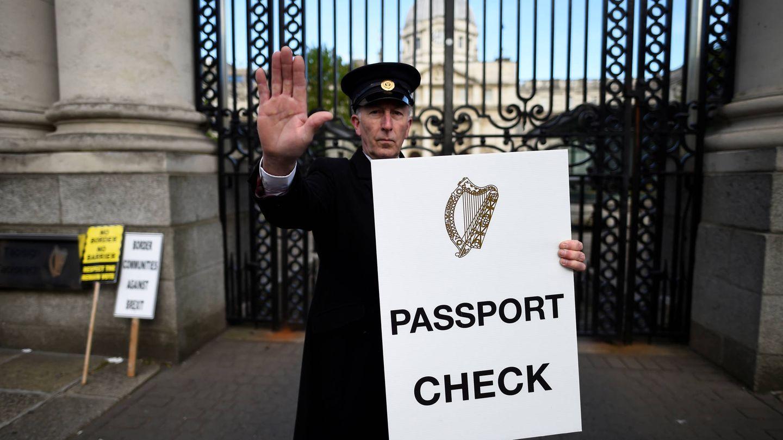 Activistas antiBrexit protestan ante la sede del Gobierno en Dublín, Irlanda.