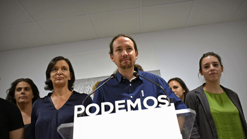Foto: El secretario general de podemos, Pablo Iglesias, arropado por miembros de la ejecutiva tras el 27S. (EFE)