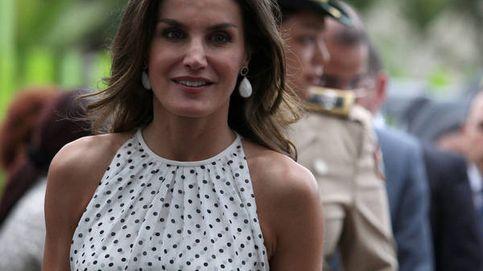 De lunares y escote halter, el vestido de El Corte Inglés como el de la reina Letizia