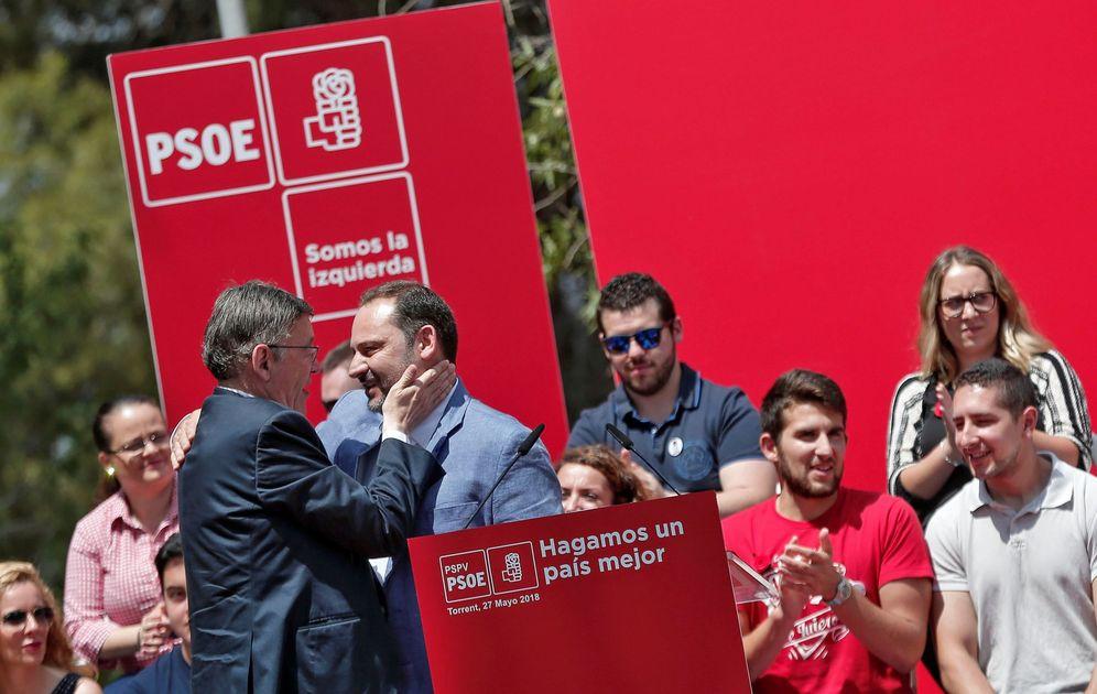 Foto: El secretario de Organización del PSOE, José Luis Ábalos, y el presidente valenciano y líder del PSPV, Ximo Puig, se saludan este 27 de mayo en Torrent. (EFE)