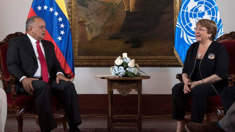 Diosdado Cabello, número dos del Gobierno, junto a Michelle Bachelet. Cabello trabaja en la sombra por una transición ordenada en Venezuela.(EFE)
