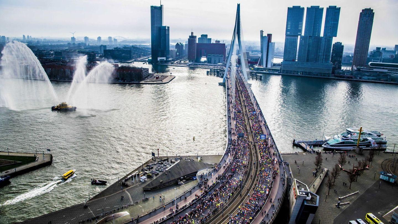 Vista aérea de la maratón de Rotterdam sobre el puente Erasmus, el pasado abril. (EFE)