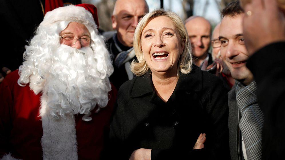 Foto: Marine Le Pen y el vicepresidente del Frente Nacional Florian Philippot, junto a un Santa Claus en París, el 8 de diciembre de 2016 (Reuters)