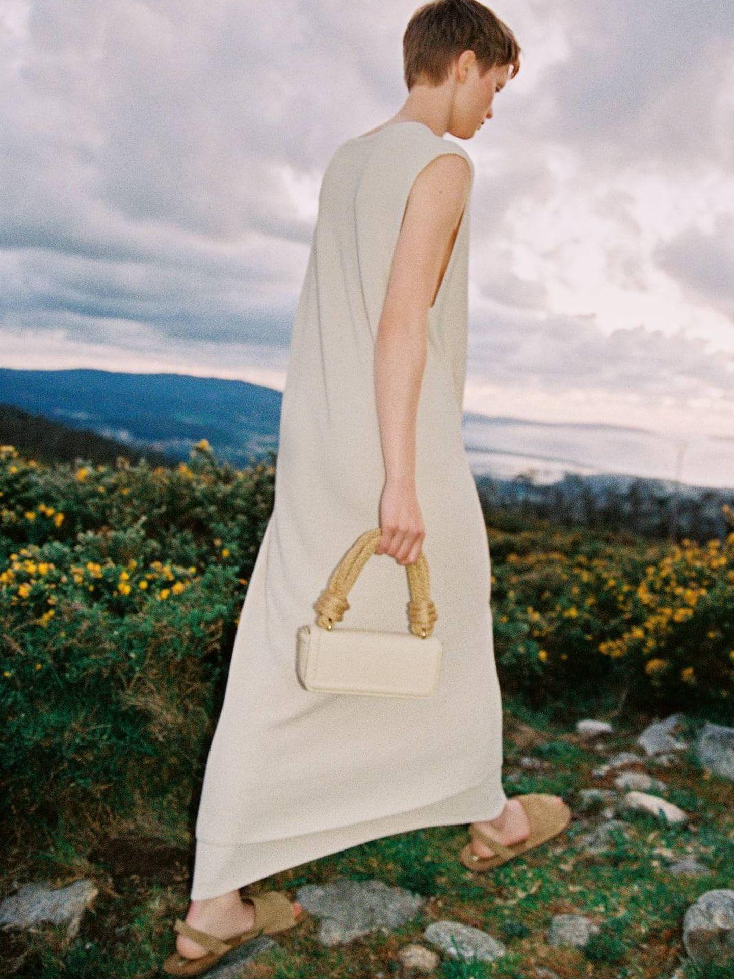 Estamos enamoradas de este bolso blanco de Zara. (Cortesía)