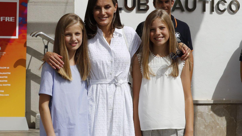 Letizia, con Leonor y Sofía en el Club Náutico. (EFE)
