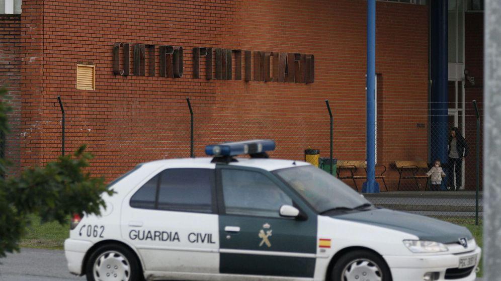 Foto:  Un coche de la Guardia Civil en las inmediaciones del centro penitenciario de Teixeiro. (EFE)