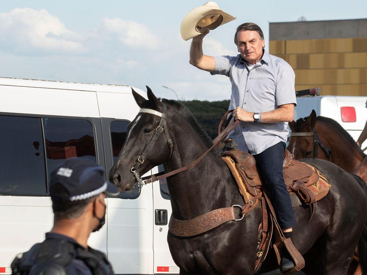 Foto: El presidente brasileño, Jair Bolsonaro, montando a caballo. (EFE)