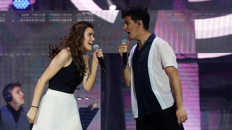 Amaia y Alfred en un momento de la noche de OT en el Bernabéu. (EFE)