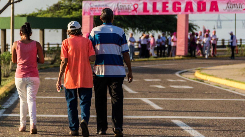 La lucha contra el cáncer de mama nos afecta a todos (EFE/Henry Chirinos)