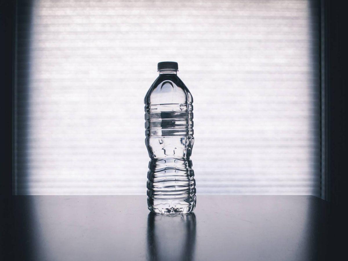 Foto: Inocente botella a primera vista, pero no medioambientalmente. Unsplash