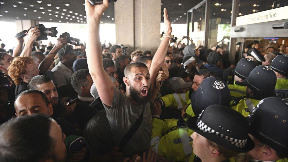 Foto: Un grupo de manifestantes irrumpe en el ayuntamiento de Kensington, en Londres (Reino Unido). (EFE)