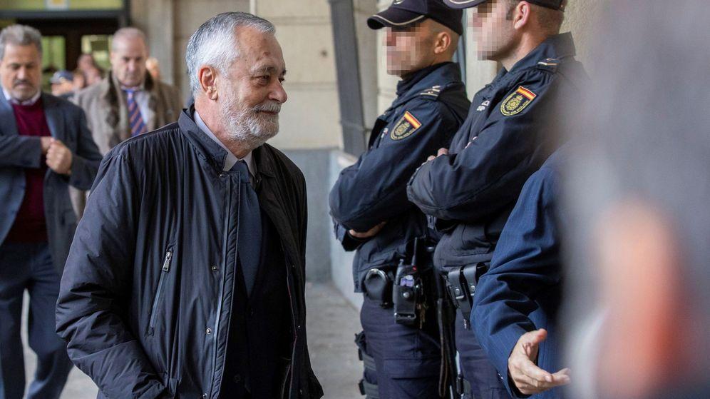Foto: El expresidente José Antonio Griñán, a su llegada este martes a la Audiencia de Sevilla. (EFE)