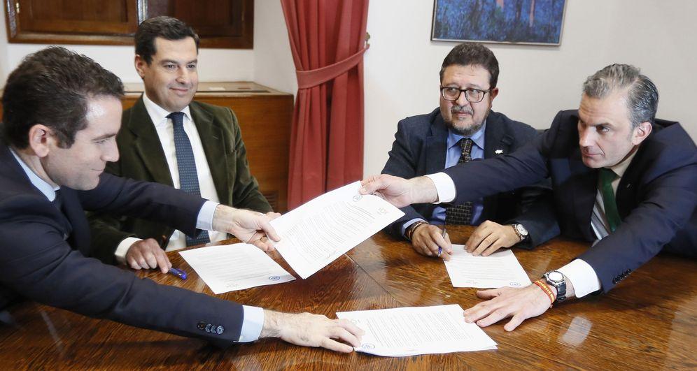 Foto: PP y vox cierran un acuerdo para la investidura de Juanma Moreno en Andalucía. (EFE)