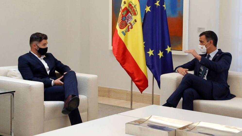 Foto: El presidente del Gobierno, Pedro Sánchez, durante su reunión con el portavoz de ERC, Gabriel Rufián (i), este jueves en el Palacio en La Moncloa. (EFE)