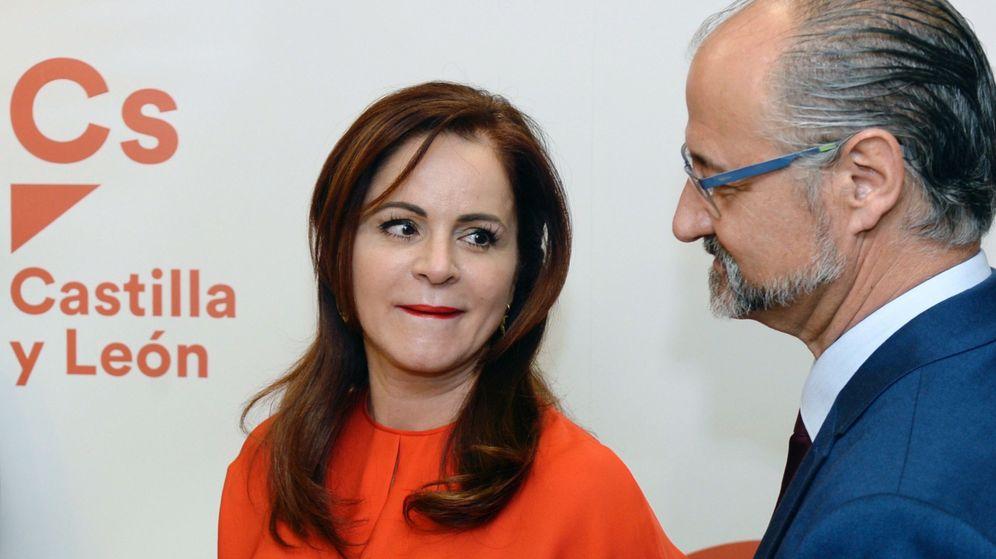 Foto: La expresidenta de las Cortes de Castilla y León, que ha abandonado el PP, Sílvia Clemente (i). (EFE)