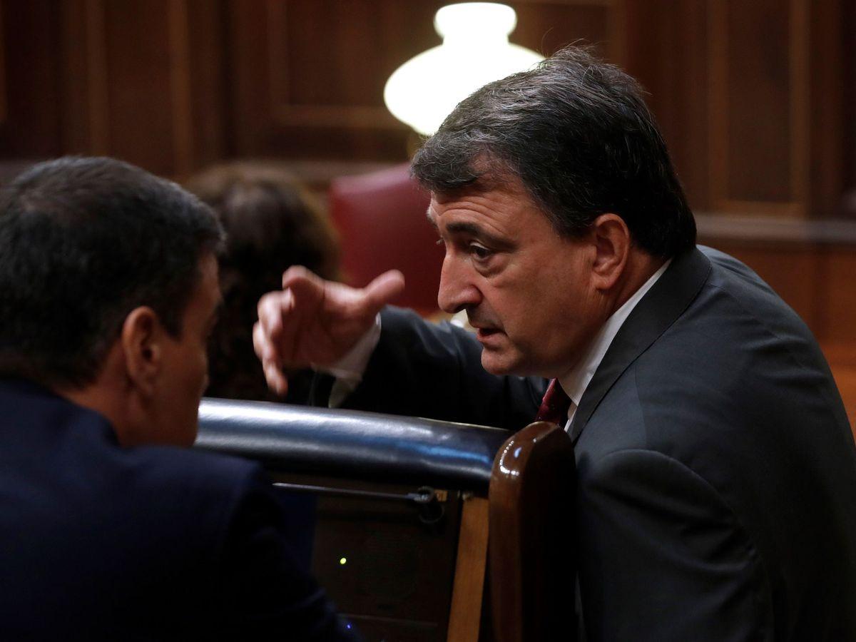 Foto: Aitor Esteban conversa con Pedro Sánchez en el Congreso. (EFE)