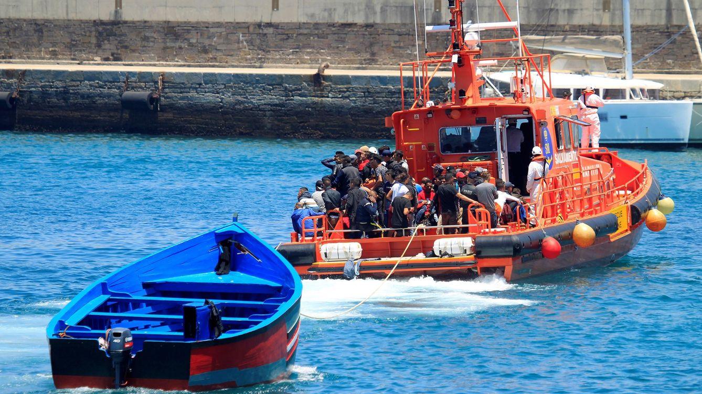 Foto: Salvamento Marítimo remolca una patera que transportaba 70 inmigrantes. (EFE)