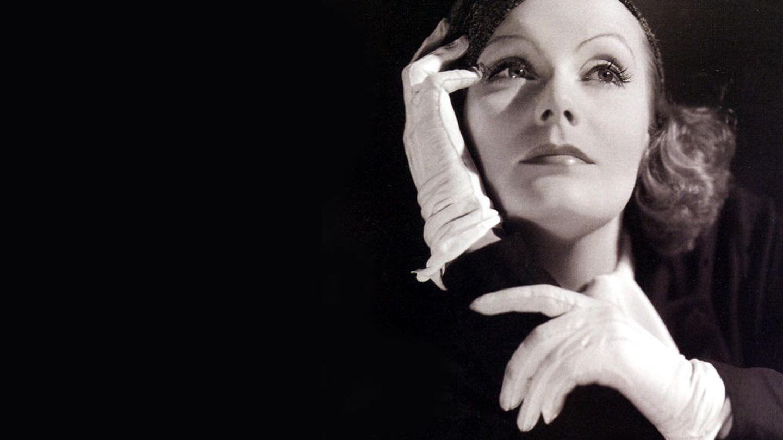 Greta Garbo, posando para el departamento publicitario de MGM.