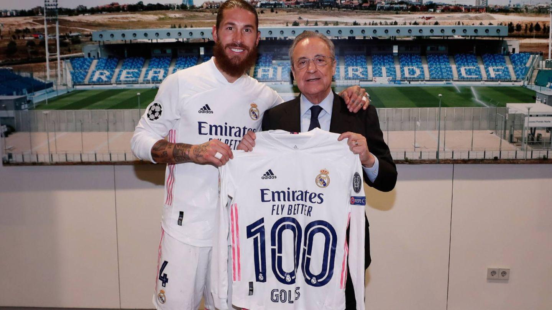 Sergio Ramos posa con la camiseta de los 100 goles que le entrega Florentino Pérez. (@realmadid)