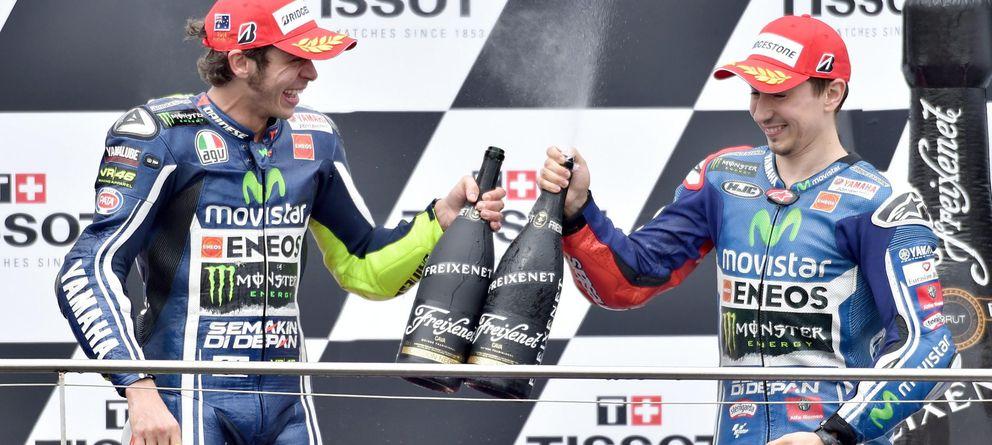 Foto: Rossi y Lorenzo celebran en el podio de Phillip Island (EFE).