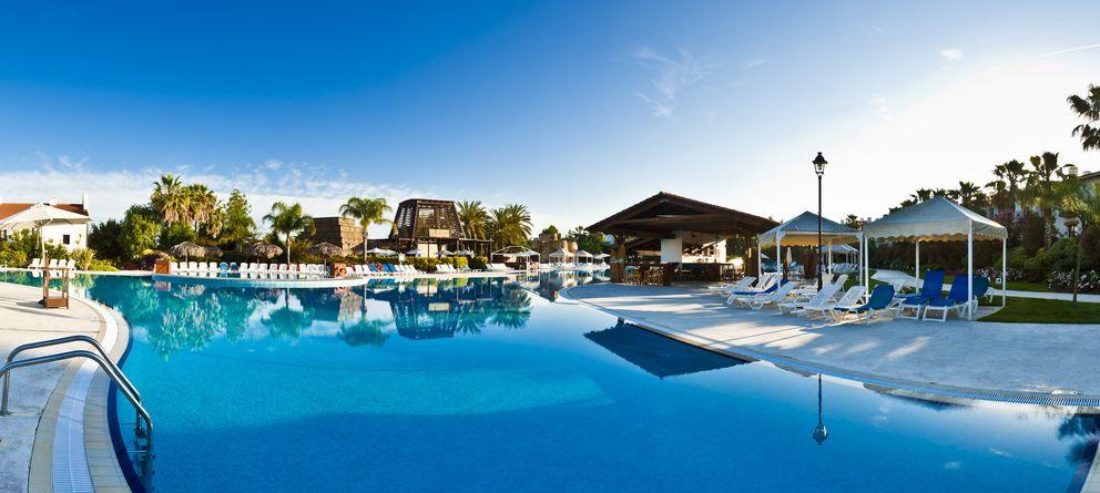 Port Aventura pacta con Bañuelos para blindar sus hoteles ante la competencia