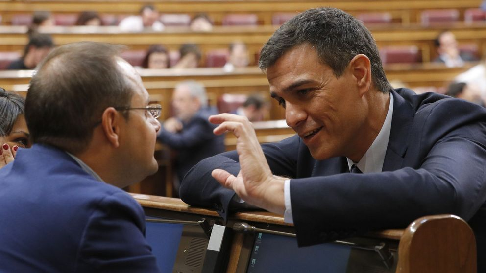El PSOE ignora la presión de sus exministros y no cambia su no a Rajoy