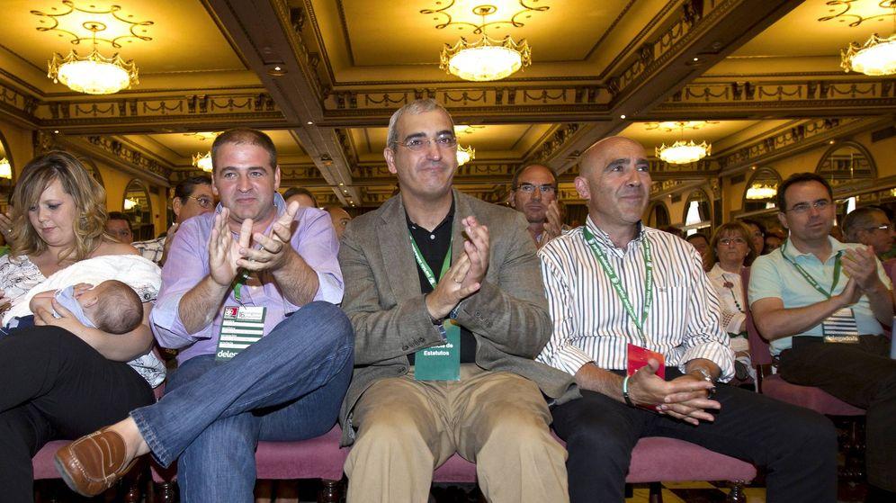 Foto: Antonio Jesús Ruiz, sentado en el centro, secretario general del Partido Andalucista (EFE)