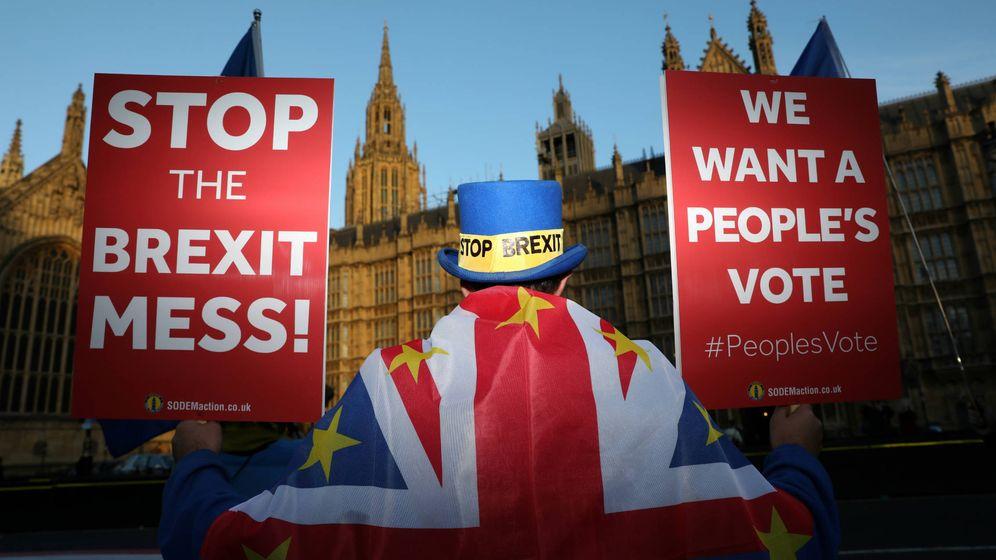 Foto: Un manifestante antiBrexit, ante el Parlamento británico, en Londres. (Reuters)
