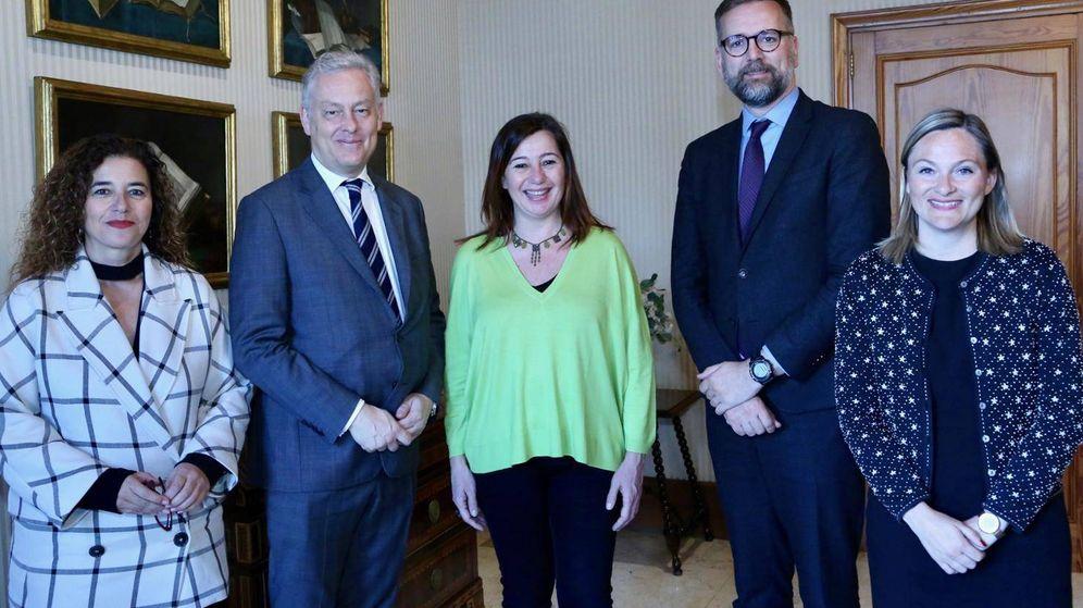 Foto: Lucy Gorman, a la derecha, en un encuentro entre las autoridades británicas y las españolas en Palma. (Gobierno Baleares)