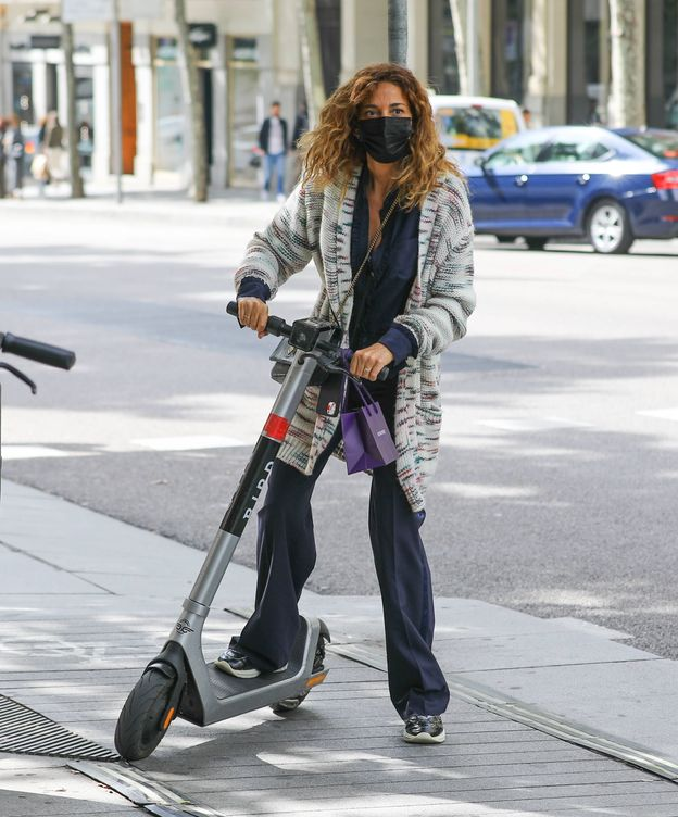 Foto: Mariló Montero, montando en un patinete eléctrico. (Clipper)