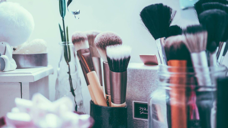 Organizar las brochas de maquillaje te facilitará la vida. (Unsplash)