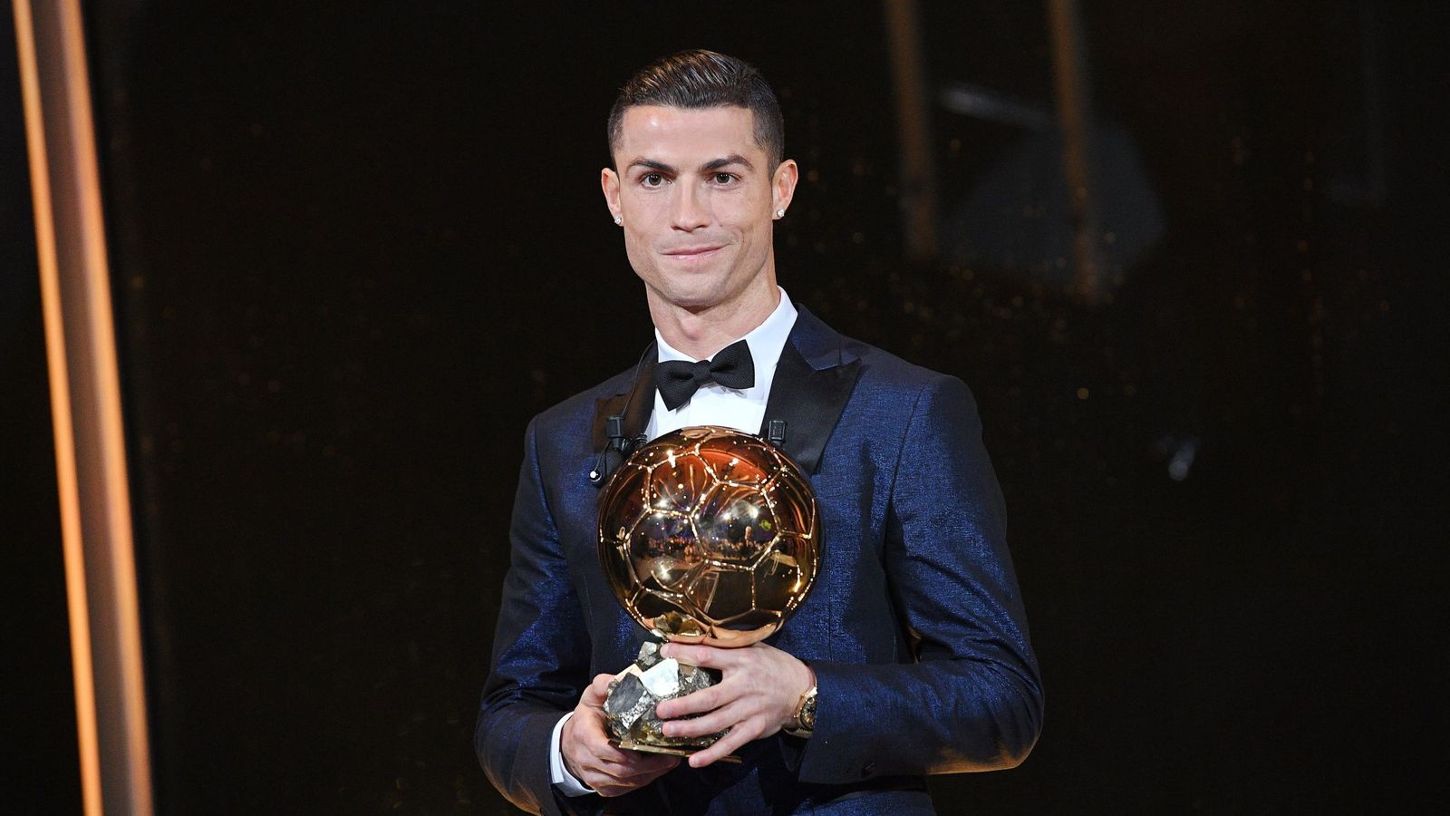 Foto: Cristiano Ronaldo recibe su quinto Balón de Oro. (EFE)