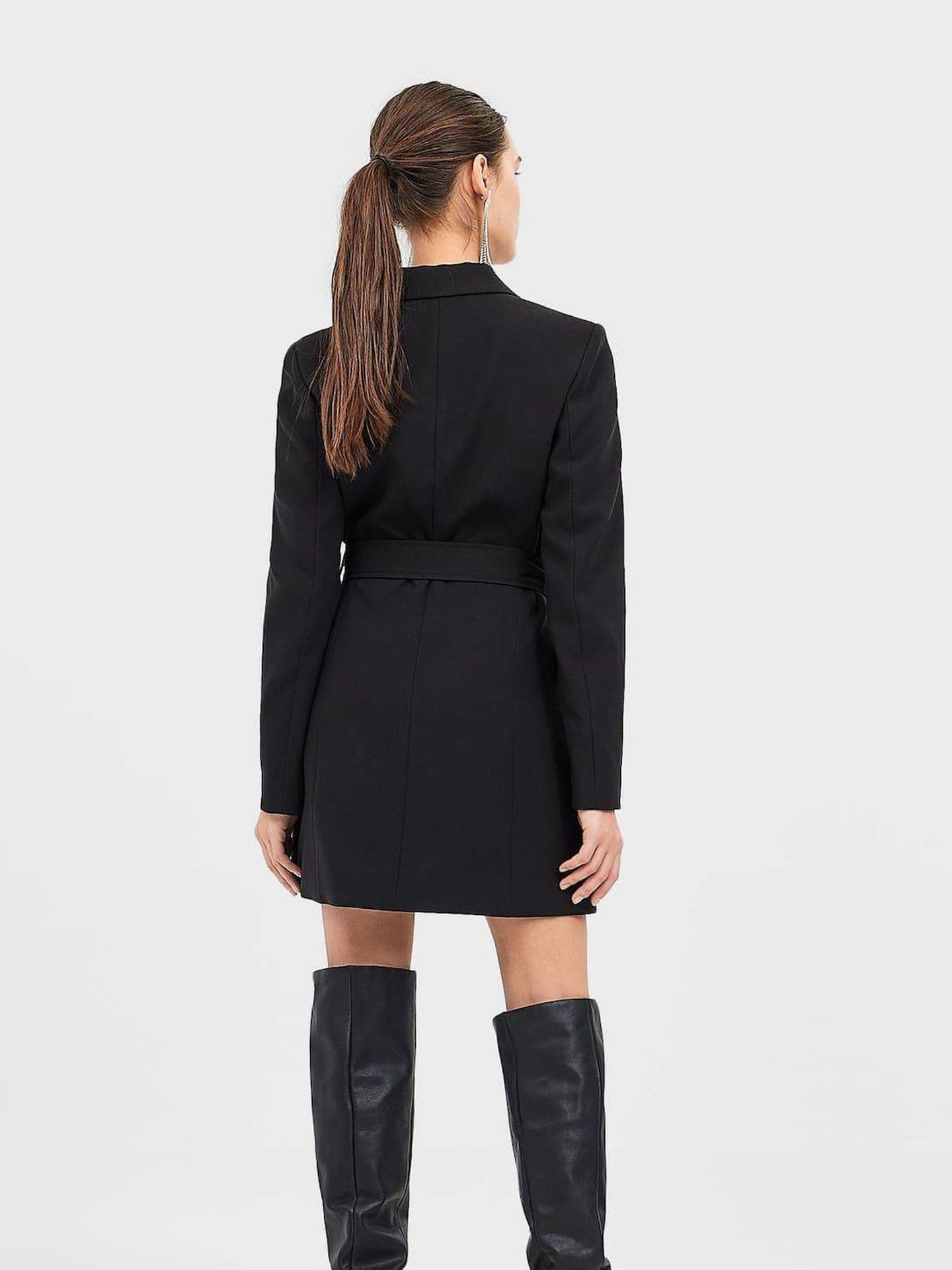 Vestido negro de Stradivarius. (Cortesía)
