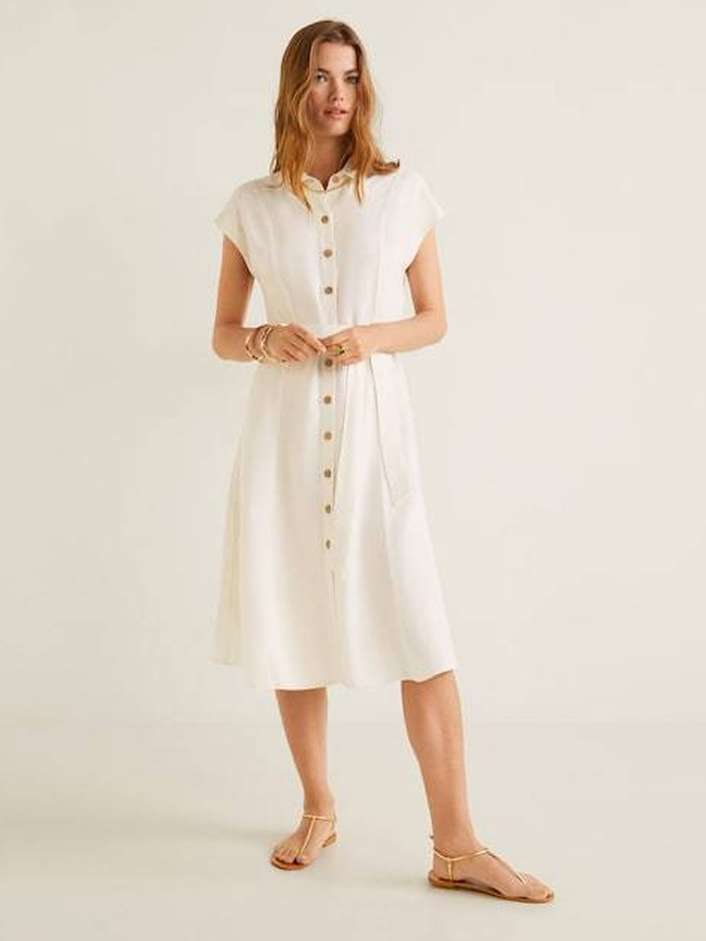 Vestido blanco con botones.