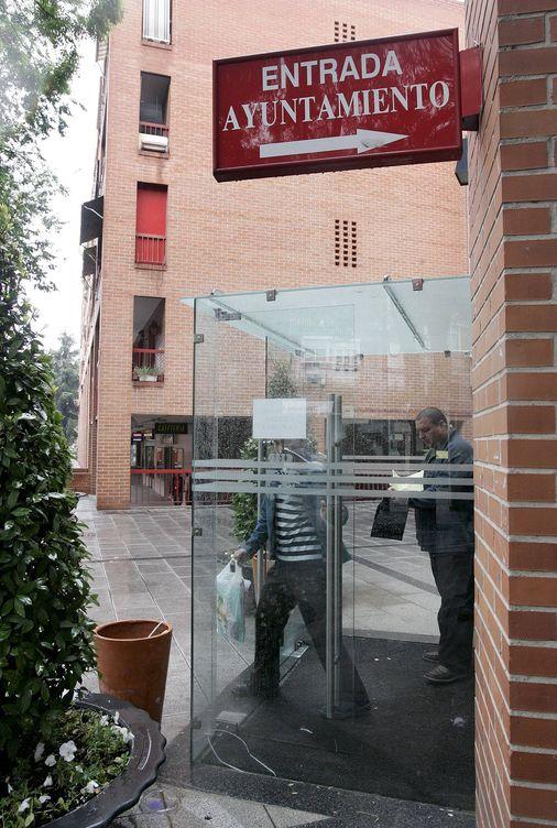 Foto: Vista del exterior del Ayuntamiento de Coslada, Madrid. (EFE)